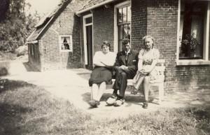 Foto 3, Benedictus van der Veer en zijn vrouw Antje van der Veer - van der Veen links en rechts Pytsje Schaafsma of van der Schaaf