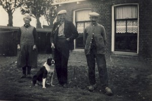 Foto 4, links Martje van der Veer - Schutter, zoon Benedictus van der Veer en vader Sjoerd van der Veer,boerderijtje aan de Weerderburen