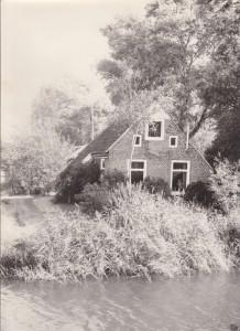 Dit is de woning aan de Trekwei tot voor 2002. Aldert en Nynke de Vries hebben dit huis toen gekocht en afgebroken. In deze woning hebben vroeger de familie Hansma gewoond Berichtnr.:1323