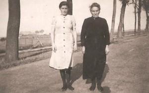 Janke Bouma Dijkstra vrouw van Egbert Bouma . En haar dochter ( links) Trijntje Bouma