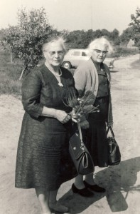 Foto 7, Rechts Martje Schutter, links haar zuster Antje, getrouwd met Johannes Sipma